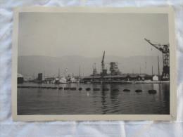 PHOTO DE L ARSENAL DE TOULON LE 27 NOVEMBRE 1942 LORS DU SABORDAGE DE LA FLOTTE - Krieg, Militär