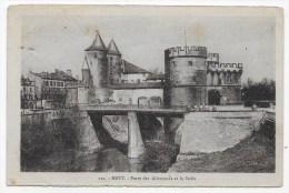 METZ - N° 110 - PORTE DES ALLEMANDS ET LA SEILLE AVEC PERSONNAGES DE DOS - PLI ANGLE HAUT A GAUCHE - Metz