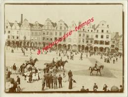 Vers 1900-belle Photo Albuminée D'ARRAS Animée-défilé Militaire Cuirassier à Cheval, Bicorne-commerces Identifiables - Old (before 1900)