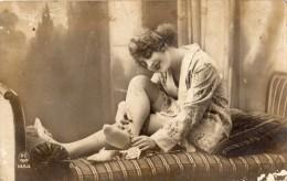 CARTE PHOTO FEMME QUI DESCEND  SES BAS  EN PETITE TENUE CARTE COQUINE - Femmes