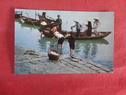 Vietnam Da Nang  Women Unloading Boats--- ---ref 1728 - Vietnam