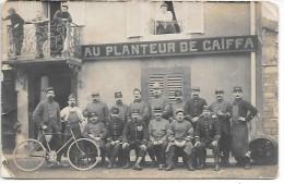 """Groupe De Personnes Devant Une Devanture De Commerce """"AU PLANTEUR DE CAIFFA"""" - Carte Photo - Aisne à Laon ? - Cafés"""
