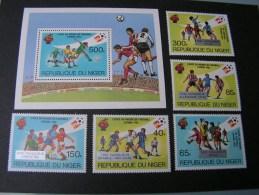 == Niger , Satz Und Block 1982 Fußball WM   ** MNH - Niger (1960-...)