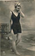 FEMMES - FRAU - LADY - Jolie Carte Fantaisie Portrait Jeune Femme Baigneuse - Women