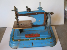 """MACHINE A COUDRE POUPEE """" MA COUSETTE LUXE """" COUTURE - Jouet En Tole Années 1950 - Toy Memorabilia"""