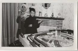 Cpa/pk Photo Enfant Jouant Avec Son Train Marklin Photocarte De 1960 Avion Pouet - Jeux Et Jouets