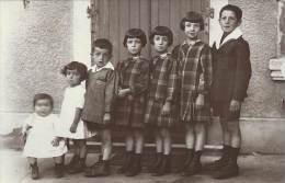 Carte Photo - En Famille -  Du Plus Petit Au Plus Grand - Par Ordre De Taille - Grupo De Niños Y Familias