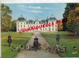 41 - CHEVERNY - LES PIQUEUX ET LA MEUTE DE L' EQUIPAGE DE CHEVERNY DEVANT LE CHATEAU - Cheverny