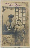 La Marchande De Cartes Postales Postcards Dealer - Händler