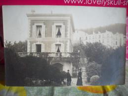 MENTON:TRES RARE  PHOTO CARTE DE LA VILLA ST BENOIT EN JANVIER 1906 ANIMEE AVEC LES PROPRIETAIRES ??