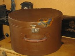 Ancienne boite � chapeau marron