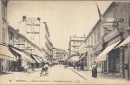HYERES - 83 -    Avenue Gambetta Avec Marchand De Journaux LE PETIT MARSEILLAIS En 1er Plan   --- VAN - - Hyeres