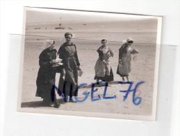 Photo Originale 44 Loire Atlantique LA BAULE 1935  -  La Plage Femmes En Robe Traditionnelle - Folklore - - Lieux