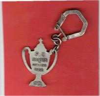 PORTE CLEFS METAL FOOT BALL CLUB DE NANTES VAINQUEUR 1966 COUPE FOOT BALL FABRICANT DRAGO - Habillement, Souvenirs & Autres
