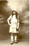A Identifier. Cpa Photo Prise A Louviers D'une Jeune Fille Habillée à La Mode . - To Identify