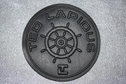 """Applique en caoutchouc avec logo """"barre de navire"""" - """"Ted Lapidus"""" pour article de maroquinerie ou v�tements"""