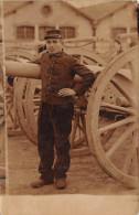 ¤¤  -  Carte-Photo Militaire Non Située  -  Soldat Devant Une Rangée De Canons  -  30 Sur Le Col    -  ¤¤ - Matériel
