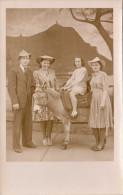 2 Junge Frauen Ein Mann Und Mädchen Auf Esel, Orig.Fotokarte Um 1930 - Fotografie