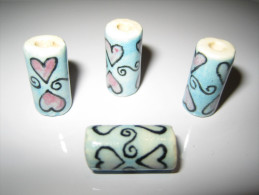 4 Perles, Tube, Bleu Et Rose Pastel, Motifs Coeurs , En Céramique 18mm De Haut. - Pearls