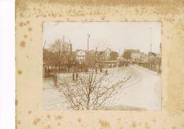 PHOTO ANCIENNE  -  Sur Carton - - Format Photo 11 X 8 -Rue Rails Ville Personnages  à Identifier - Photos