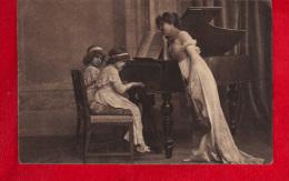 CPA - 2 Fillettes Au Piano Surveillés Par Une Jeune Femme Tenant Un Violon à La Main. - Abbildungen