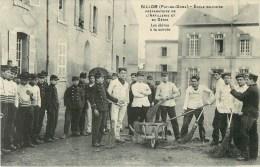 63 - Billom - ** Ecole Militaire - Les Elèves à La Corvée ** - Cpa En Bon état - Voir Scan. - Non Classés