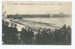 CPA PARIS, LA FOULE AU PONT DE SOLFERINO LORS DES INONDATIONS DE 1910, PARIS 75 - Inondations De 1910