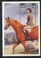 (cl 9 - P7) Nevis ** Bloc N° 67 (ref. Michel Au Dos)  - Portrait De La Reine Elizabeth II Chevauchant - - Amérique Centrale