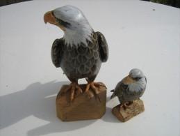Aigle Sculpté En Bois Peint - Hauteur 17 Cm  Largeur 7.5 Cm  - Avec Son Petit Ht 9.5 Cm L 4.5 Cm - Travail Artisanal - Bois