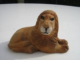 Lion Sculpté En Bois  - Hauteur 6 Cm  Longueur 9.5 Cm   - Travail Artisanal - Bois