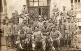 CPA 1316 - MILITARIA - Carte Photo Militaire - Soldats N° 63 Sur Les Cols - Chien & Lapins - Characters