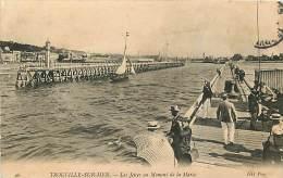 TROUVILLE-SUR-MER. LA BAIA E IL MOLO CON L'ALTA MAREA. BELLA CARTOLINA DEL 1908 - Trouville