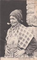 PLOUEDERN   (  29   )   Femme Fumant La Pipe  ( Port Gratuit ) - Autres Communes