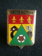 PIN´S BLASON ARMOIRIES FLEUR DE LYS TROIS BASSINS Ile De La REUNION - Steden