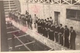 51Au   Photo Cercle Des Nageurs De Marseille Natation Deux équipe Devant Le Bassin Ceremonie Remise Des Prix? - Natation