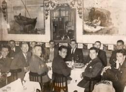 51Au   Grande Photo Natation Cercle Des Nageurs De Marseille Dirigeants Et Sportifs Dans Un Restaurant à Situer - Natation