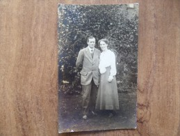 43013 PC: PEOPLE: Unknown Couple. - Postcards
