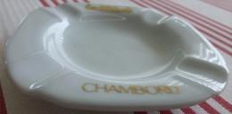 Cendrier souvenir de Chambord, porcelaine diam�tre 11.1cm, �paisseur 1.8cm et poids 130g