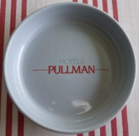 = Cendrier Hôtels Pullman, Porcelaine Diamètre 10.4cm, épaisseur 2.5cm Et Poids 155g - Porcelain