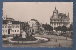 28 EURE & LOIRE - CP ANIMEE CHARTRES - LA PLACE DES EPARS ET LA POSTE / HOTEL GRAND MONARQUE AUTOMOBILES - J. DOLBEAU 22 - Chartres