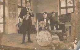 Groupe De Musique - Le Standard Jazz, Trio De Jazz Piano Saxophone Et Batterie, Carte Photo - Muziek En Musicus