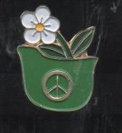 PINS PIN'S PLANTE FLEUR  NATURE VERDURE FLEUR CASQUE - Pin's