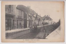 GENLIS : RUE DE LA GARE - PATISSERIE MAGNAN - CLICHE PEU COURANT - 1920 -R/V- - France