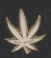 PINS PIN'S PLANTE FLEUR  NATURE VERDURE FLEUR CANNABIS MAVI WOUVIE 31 MMS BLANC - Pin's