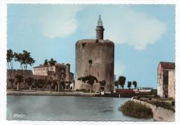 AIGUES-MORTES--1970--Cité Médiévale-La Tour De Constance Et Le Bassin,cpsm 15 X 10 N°2  éd  Combier - Aigues-Mortes