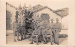 ¤¤  -   Carte-Photo Militaire  -  Soldats Devant Une Pièce D´Artillerie , Canon  -  82 Sur Les  Cols - Matériel
