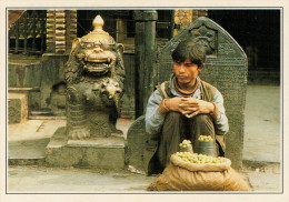 KATHMANDU:  VENDITORE DI FRUTTA NELL'INDRA CHOWK     (NUOVA CON DESCRIZIONE DEL SITO) - Nepal