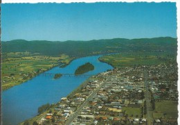 PR1017 - POSTAL - TAREE N. S. W. - AERIAL VIEW OF MAIN SHOPPING AREA AND MANNING RIVER - Australia