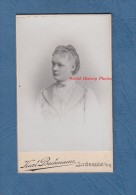 Photo Ancienne CDV Vers 1895 - SCHÖNHEIDE ( Sachsen ) - Portrait D´une Jeune Fille - Photo Karl Bechmann Mode Robe Dress - Anciennes (Av. 1900)