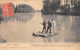 CPA 38 VIENNE 19e REGIMENT DE DRAGONS EXERCICES DE PASSAGE DE RIVIERES TRAVERSEE SUR RADEAU EN SACS DE CACHOU - Vienne